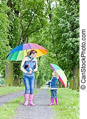 moeder, en, haar, dochter, met, paraplu's, in, lente,...