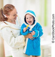 moeder en kind, borstelende teeth, samen, in, bathroom., dentaal, hygiene.