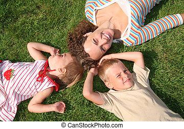 moeder en kinderen, leugen, op het gras