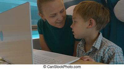 moeder en zoon, gebruikende laptop, in, de, trein