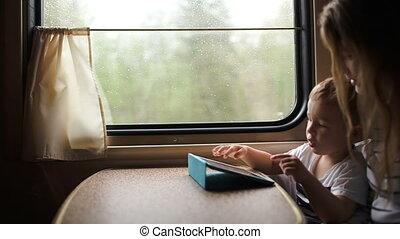 moeder en zoon, speelspel, op, touchpad, in, de, trein