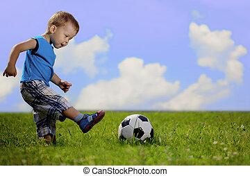 moeder en zoon, spelende bal, in, de, park.