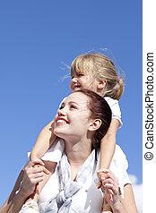 moeder, geven, haar, dochter, ritje op de rug rit