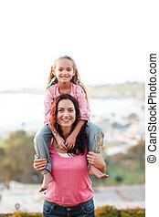 moeder, geven, haar, dochter, ritje op de rug