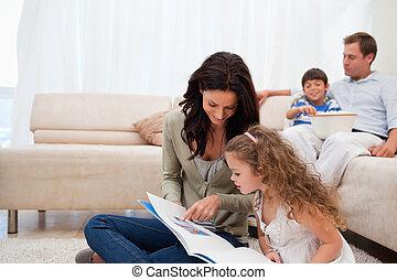 moeder, het tonen, foto gedenkboek, om te, dochter