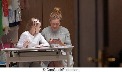 moeder, huiswerk, dochter, vrolijke