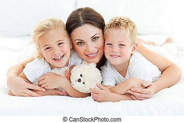 moeder, hun, geanimeerd, bed, siblings, het liggen