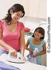 moeder, ironing, dochter