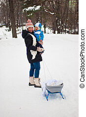 moeder, met, baby, in, winter, park