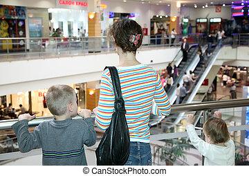moeder, met, de, kinderen, in, de, commercieel, centrum