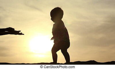 moeder, met, haar, kind, op het strand