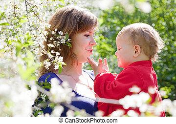 moeder, met kind, in, lente