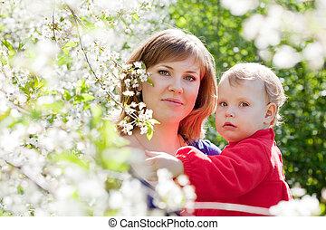 moeder, met kind, in, lente, tuin