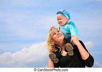 moeder, met kind, op, schouders