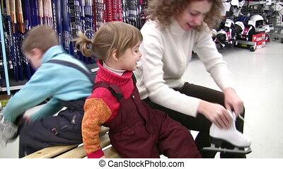 moeder met kinderen, het proberen, skates, in, winkel