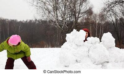 moeder met kinderen, toneelstuk, sneeuwballen, achter,...