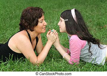 moeder, met, tiener, op, gras, leugen