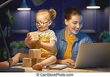 moeder, met, toddler, werkende