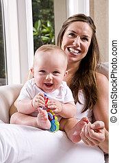 moeder, met, zes maand oud, baby, spelend, op, schoot