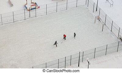 moeder, met, zonen, spelende hockey, op, speelplaats