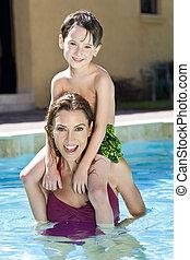 moeder, met, zoon, op, haar, schouders, in, zwembad