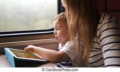 moeder, schouwend, haar, zoon, speelspel, op, blok, in, de, trein