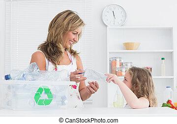moeder, sorteren, afval, met, haar, dochter