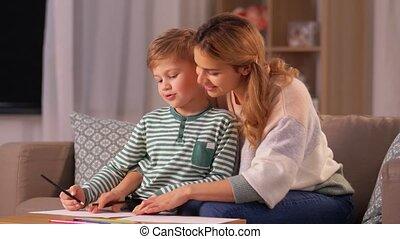 moeder, thuis, potloden, tekening, zoon