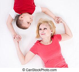 moeder, verbonden, hebben, vloer, hands., leugen, zoon