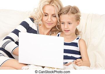 moeder, vrolijke , computer, kind, draagbare computer