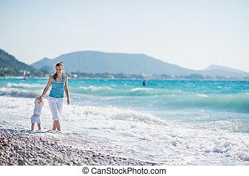 moeder, wandelende, met, baby, op, seashore