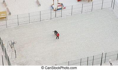 moeder, zonen, spelend, speelplaats, hockey