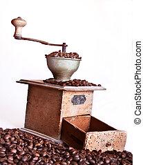 moedor café, sobre, feijões, fundo, branca