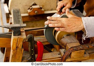 moedor, tradicional, roda, dê ferramentas, afiando, faca