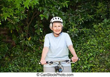 moget kvinna, cykla för mountain, utanför
