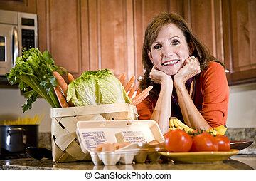 moget kvinna, in, kök, med, frisk, ingredienser