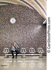 mogna, affärsman, med, smartphone, in, a, metro, station.