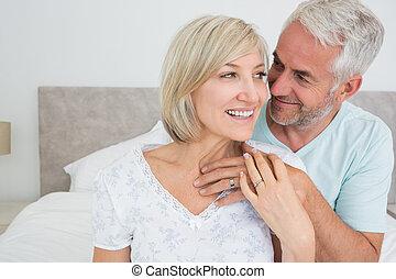 mogna, kärleksfullt par, närbild, säng