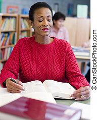 mogna, kvinnligt studerande, studera, in, bibliotek