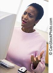 mogna, kvinnligt studerande, uttrycka, frustration, dator