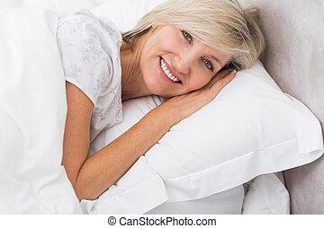 mogna, stående, vila, säng, kvinna