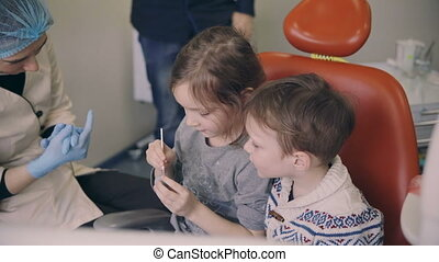 moisissure, garçon, soeur, chaise, séance, dentaire, jeune, frère, dentiste, deux, docteur., girl, gosses, check-up., avant