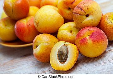 moitiés, abricots, bois, frais, table, entier