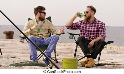 molo, piwo, wędkarski, picie, przyjaciele, szczęśliwy