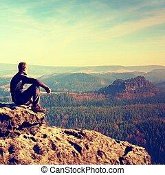 moment, von, loneliness., mann, sitzen, auf, der, spitze, von, gestein, und, aufpassen, in, bunte, nebel, und, nebel, in, wald, valley.