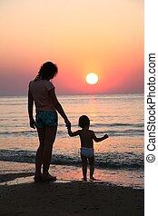 momie, bébé, coucher soleil, mer