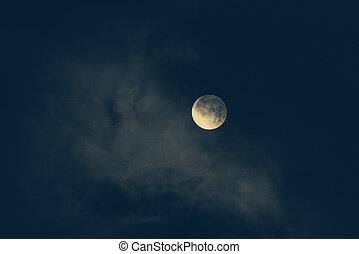 mond, in, nacht himmel, bedeckt, per, der, cloud., monochrom