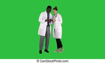 monde médical, chroma, ensemble, écran, regarder, téléphone, vert, key., équipe