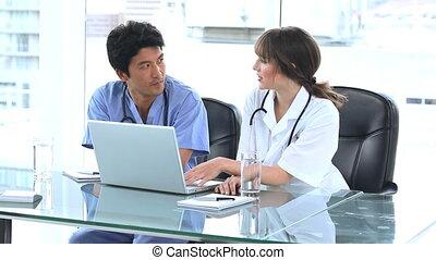 monde médical, ordinateur portable, sourire, fonctionnement, équipe