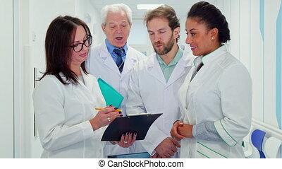 monde médical, presse-papiers, regarde, équipe